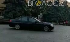 21-річний житомирянин на батьковій «BMW» влаштував «дрифт» посеред людей у сквері