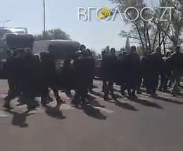 Під Новоградом люди перекрили трасу: вимагають закрити фабрику, яка забруднює річку