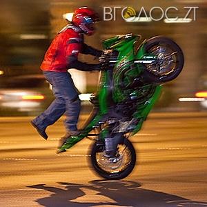 Вночі вулицею Київською літають байкери, перетворюючи її на мототрек