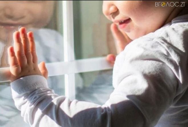 В Овручі 2-річна дівчинка випала з вікна багатоповерхівки
