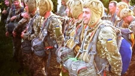 Як під Житомиром резервісти-десантники стрибали з парашутом