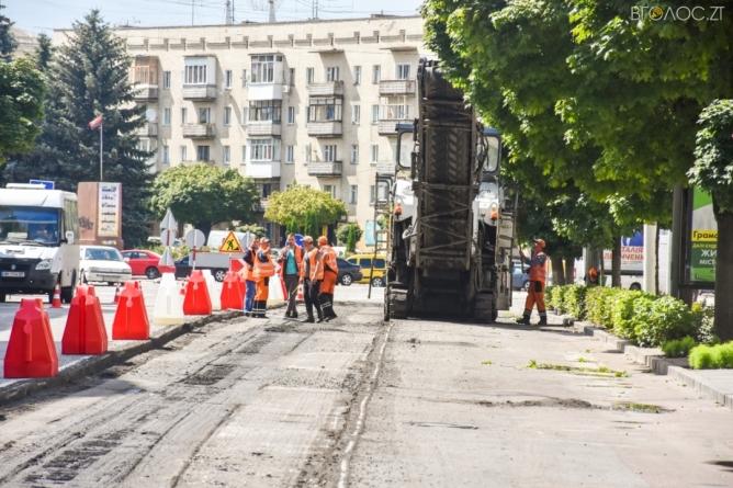 На Великій Бердичівській розпочали зрізати старе асфальтове покриття (ФОТО)