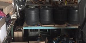 Понад тонну фальсифікованого алкоголю знайшли у підпільному цеху в Коростені