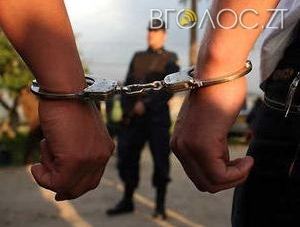 """Іноземця, якого 10 років розшукували за розкрадання коштів і затримали у Житомирі, екстрадували """"додому"""""""