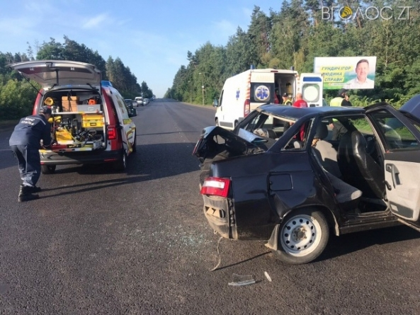 ДТП під Житомиром: рятувальники «вирізали» жінку із понівеченого авто, а 3-річна дитина потрапила у реанімацію