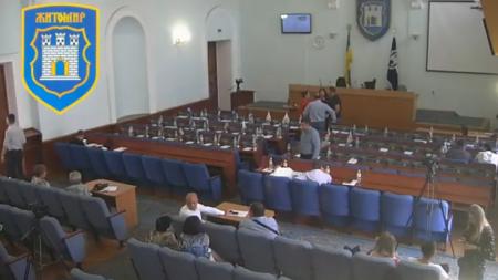 Понад годину депутати міськради не могли зібратися на сесію по скандальновідомому питанню  «Епіцентру»