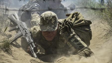 Бронетехніка, смуга перешкод, бойова обстановка: на Житомирщині триває підготовка строковиків десантників