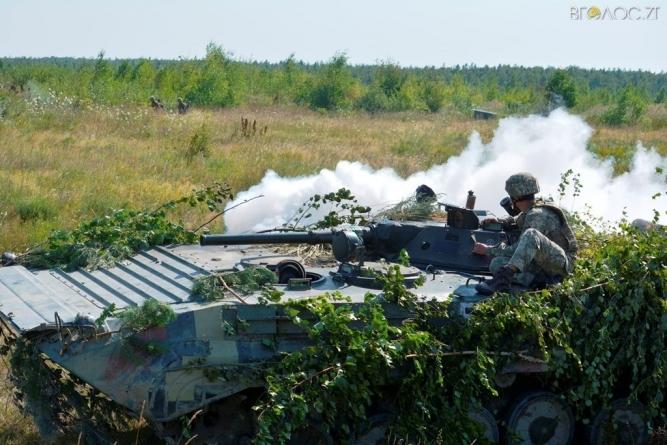 За підтримки авіації та важкої бронетехніки: Як проходять тактичні навчання десантників на Житомирщині (ФОТО)