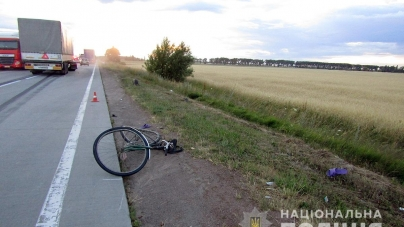 Під Коростенем під колеса вантажівки потрапила велосипедистка