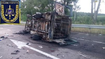 Перекинувся та загорівся автомобіль з конвоєм: двоє військових загинули, а  семеро травмовані