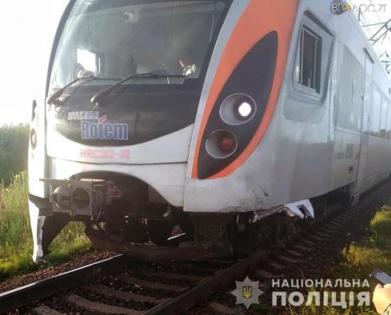 У Новограді-Волинському іномарка зіштовхнулась з потягом