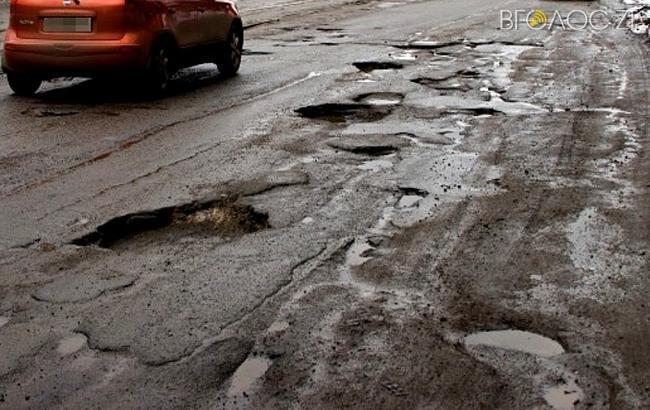 Житомиряни скаржаться, що вулицю Звягельську вщент розбили вантажівки