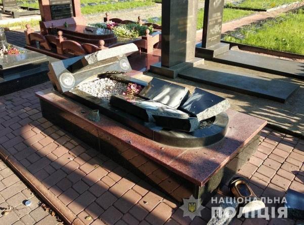 На кладовищі у Новограді-Волинському невідомі пошкодили понад півтора десятка надгробків