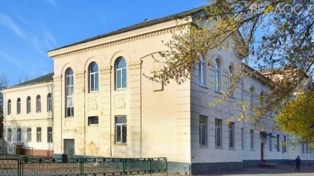 """Житомиряни вимагають відремонтувати покрівлю старого корпусу гімназії №23 до того, як він """"рухне"""""""