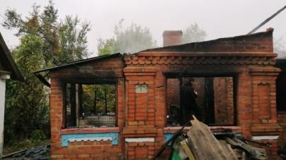 Не встиг вбиратися із палаючого будинку: рятувальники, які гасили пожежу, знайшли тіло чоловіка