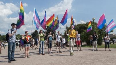 Житомиряни збирають підписи, щоб міськрада заборонила публічне використання прапору ЛГБТ