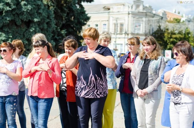 У Житомирі відбувся флешмоб на підтримку людей, які спілкуються мовою жестів (ФОТО)