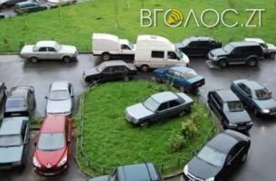 Житомиряни скаржаться, що змушені паркуватися на клумбах біля поліклініки, бо немає парковки