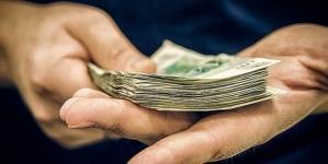Чоловіка, який хотів дати хабар 1000$ слідчому, взяли під цілодобовий домашній арешт