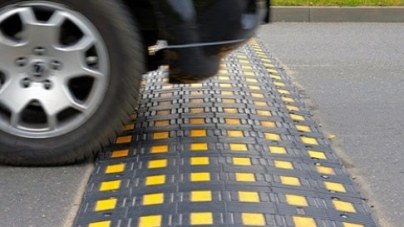Жителі вулиці Сльоти просять обмежити швидкість для автомобілістів, бо їх діти не можуть безпечно дістатися до школи