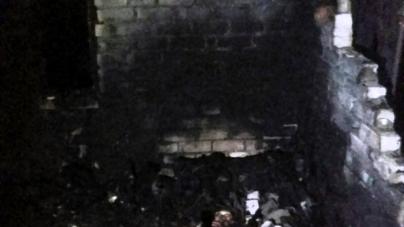 Під Житомиром дотла згоріла господарча будівля. Пожежники знайшли тіло пенсіонерки, яка там жила