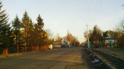 Жителі Крошні скаржаться на відсутність тротуарів та розбиту дорогу