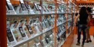 """Житомирська продавчиня обікрала магазин у якому працювала. """"Винесла"""" на кілька тисяч мобільних телефонів"""