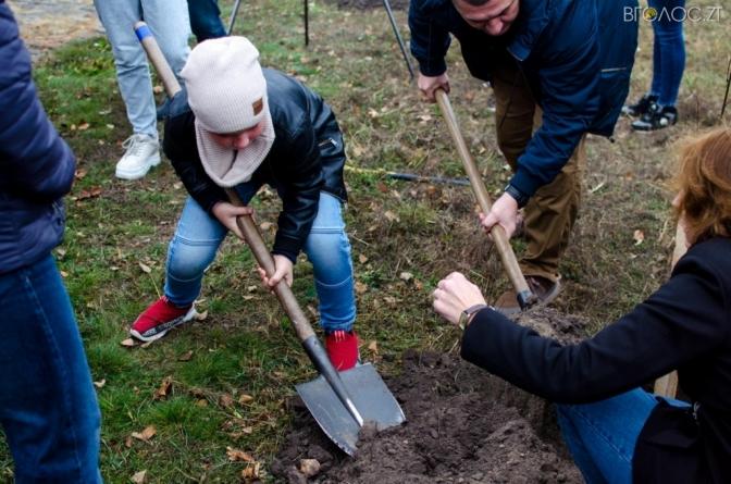 На Монументі Слави у Житомирі висадили дерева в пам'ять захисників України