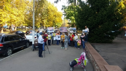 Близько десятка житомирян прийшли на еко-форум із плакатами
