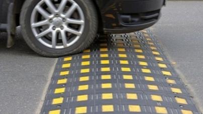 """Битва петицій: водії просять демонтувати """"лежачі поліцейські"""", а пішоходи – встановити у всіх дворах Житомира"""
