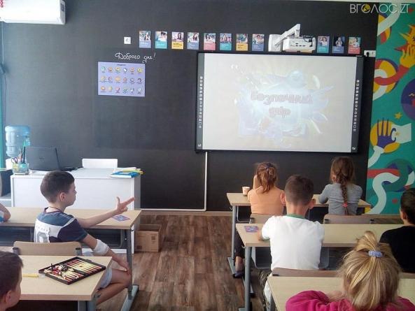 """У """"Школі супергероїв"""", яку відкрили у дитячій лікарні, проводять уроки 17 вчителів"""