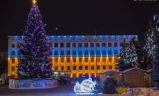 Для святкування новорічних свят біля ліцею №25 зріжуть блакитну 17-метрову ялину