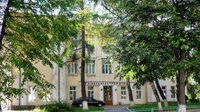 Працівники приватного університету «Україна» збирають підписи, щоб мерія продовжила їм оренду приміщення на Бердичівській