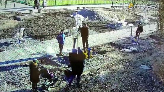 На Малікова чоловік бив ногами молоду жінку, яка тримала дитину на руках