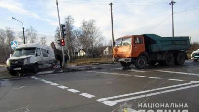 У ДТП з вантажівкою та бусом травми отримали троє людей, двоє з яких – іноземці