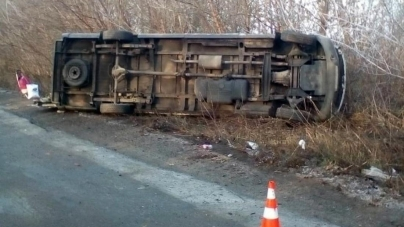 На слизькій дорозі біля Ружина перекинувся автобус: є травмовані