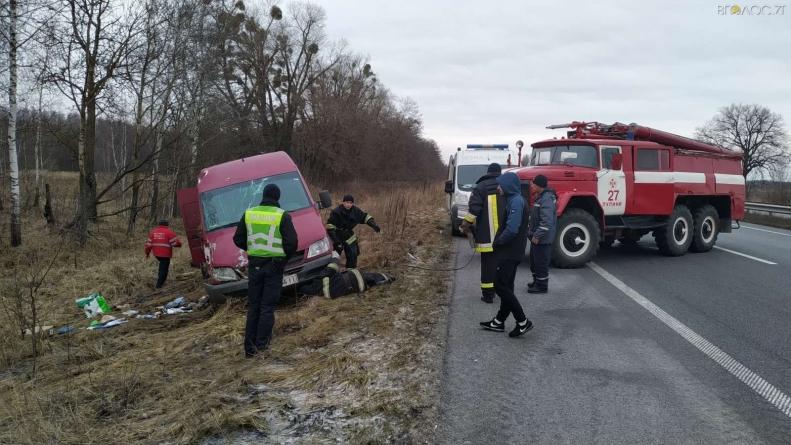 Жахлива ДТП на Житомирщині: загинула пасажирка мікроавтобуса, яку причавило перекинуте авто