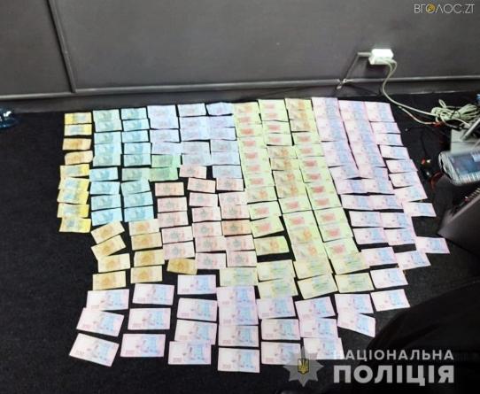 """Ввечері """"накрили"""" ще один гральний заклад у Житомирі. Поліція вилучила всю техніку та гроші"""