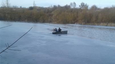 На Случі врятували двох дітей, які на човні застрягли у кризі
