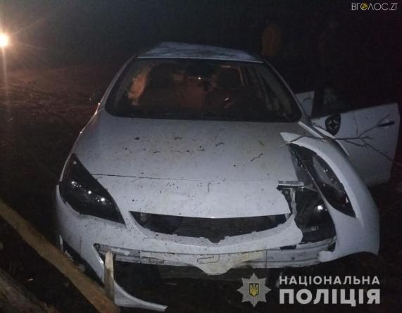 На півночі області Opel влетів у електроопору: 20-річний пасажир – у реанімації