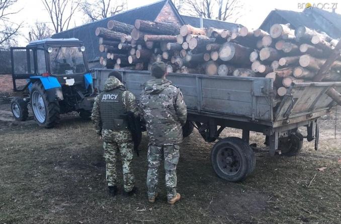 Прикордонники області зупинили трактор із лісом із чорнобильської зони