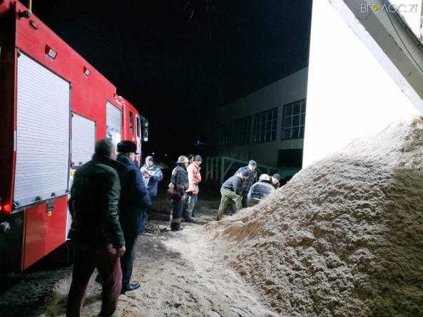 У Овручі врятували чоловіка, якого засипало тирсою в бункері