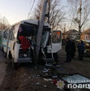 Жахлива ДТП: у Коростені загинув водій рейсового автобуса, який врізався у електроопору