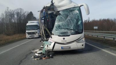 У Пулинському районі автобус зіштовхнувся з вантажівкою. Є постраждалі