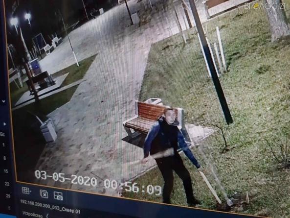 Комунальники завдяки відеоспостереженню знайшли вандала, який зламав декоративне дерево у сквері на Лятошинського