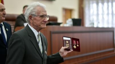 На початку сесії облради жителям області вручили державні відзнаки та почесні звання