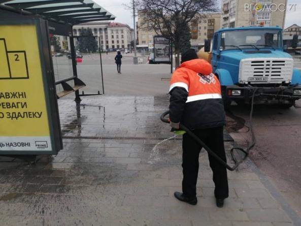 Житомирян просятьутриматися від поїздок містом: комунальники дезінфікують вулиці та зупинки