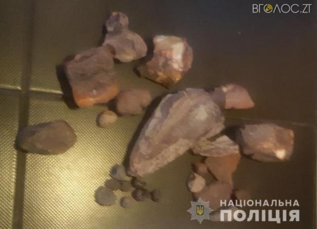 На півночі області правоохорнці виявили пункт скупки бурштину, який організував 33-річний селянин у себе вдома