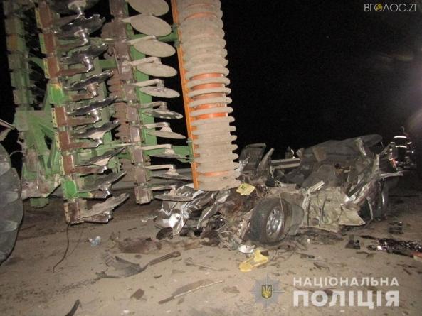 Жахлива ДТП: іномарка влетіла у трактор. Загинув водій та його 19-річний пасажир