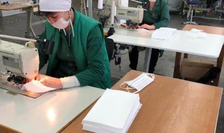У Житомирі італійська компанія, яка виготовляла зоотовари, почала шити захисні маски